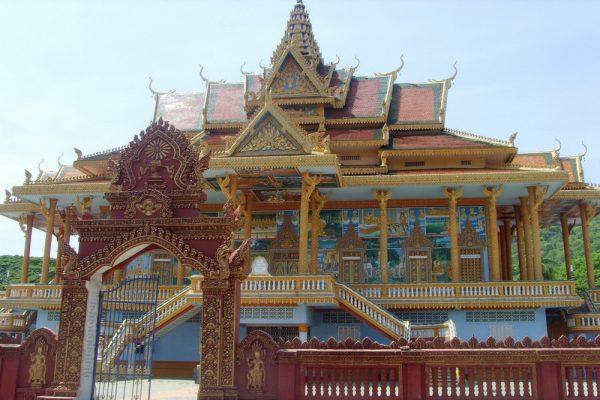 Храм Эк Пном в Баттамбанге