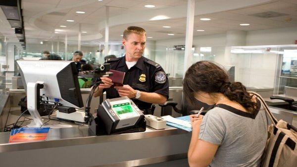 Иммиграционный офицер за компьютером