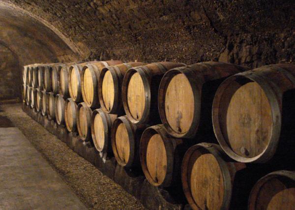 Бочки в винном погребе Сен-Мартен (St. Martin)