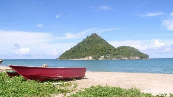 Лодка на пляже Левера