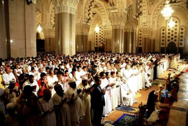Марокканские мусульмане в мечети