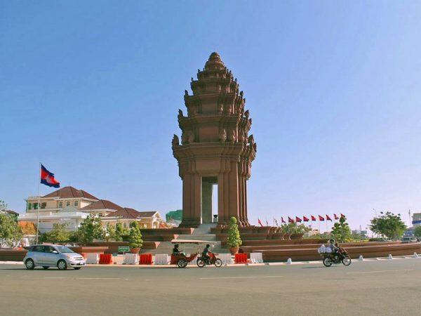 Монумент Независимости в столице Камбоджи