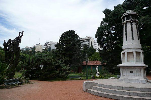 Монументы в ботаническом саду в Палермо