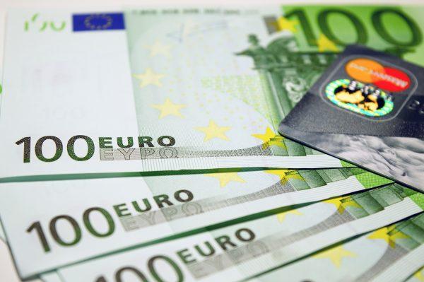 Наличные евро и кредитная карта