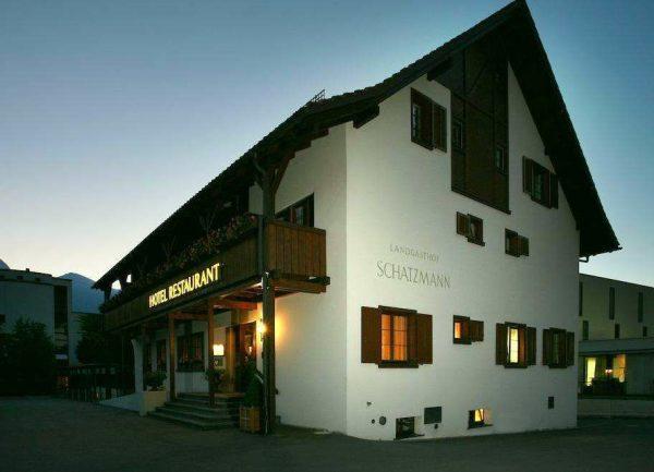 Один из отелей в городе Тризен