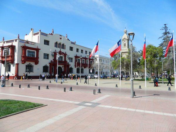 Здание суда и собор на площади Армас