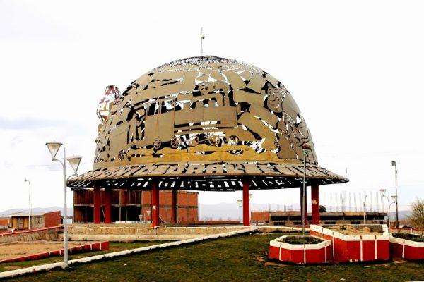 Памятник шахтёрской каске в городе Оруро