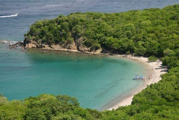 Пляж Энс-Ларош в форме подковы