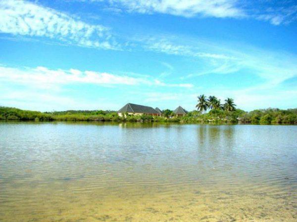 Побережье одного из островов атолла Сиину