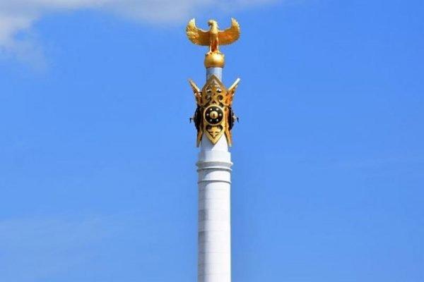 Птица Самрук на вершине монумента