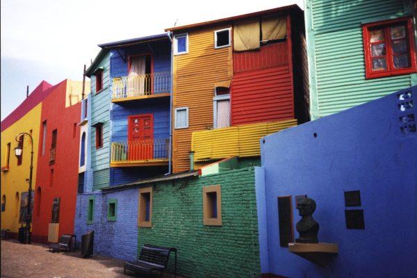 Разноцветные дома на улице Ла-Бока