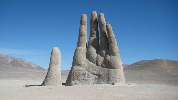 Скульптура «Рука пустыни» в Атакаме