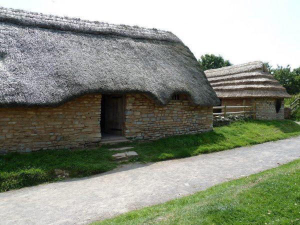 Средневековая деревня Косместон в Уэльсе