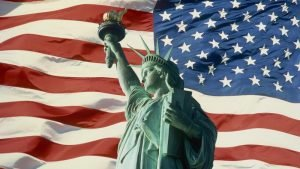 Статуя Свободы и американский флаг