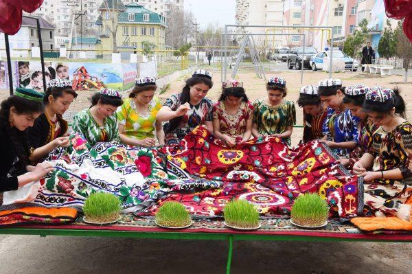 Таджикские девушки ткут ковёр