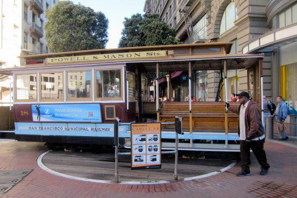 Вагон канатного трамвая в Сан-Франциско на поворотном круге