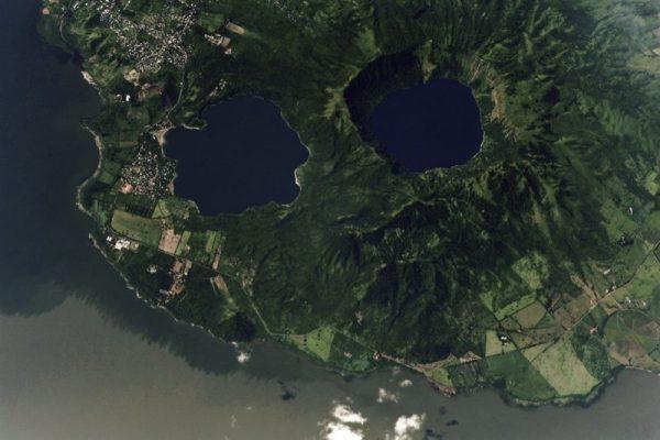 Вид на озеро Апойо (справа) с борта МКС