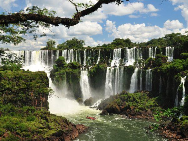 Вид на водопады Игуасу в Аргентине