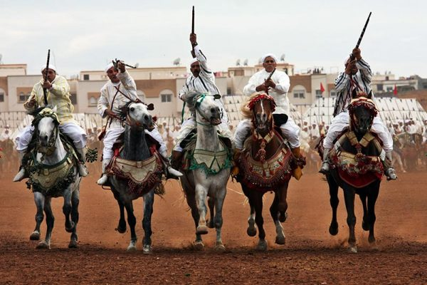 Всадники на лошадях во время фестиваля «Фантазия»