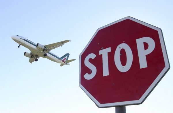 Запрещающий знак на фоне самолёта