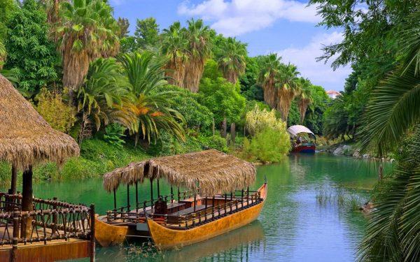 Лодка на реке Амазонке