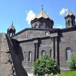 Церковь Сурб Йот Верк с упавшим куполом на переднем фоне