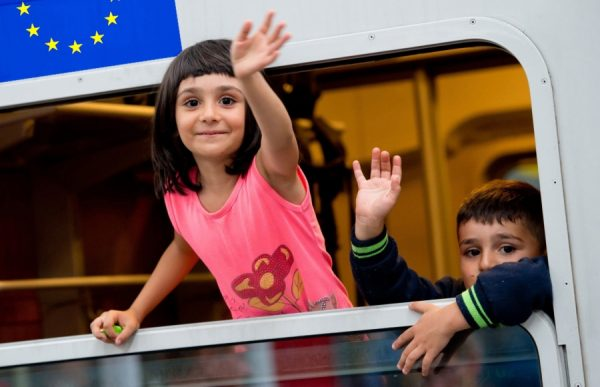 Дети в поезде и флаг ЕС