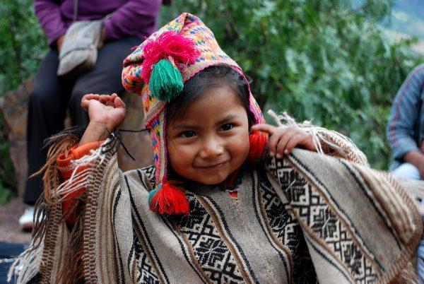 Девочка в национальной перуанской одежде