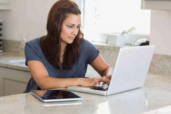 Девушка за компютером