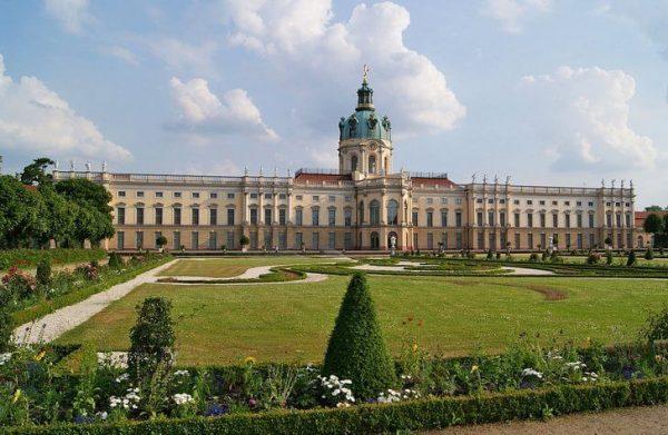 Дворец Шарлоттенбург недалеко от исторического центра Берлина