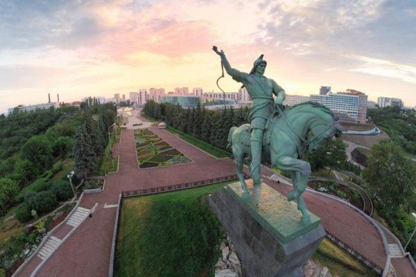 Монумент Салавату Юлаеву и парк рядом