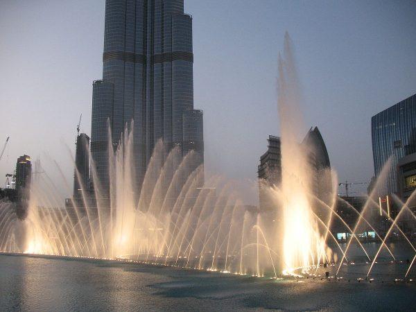 Фонтан Дубай рядом с небоскрёбом Бурдж-Халифа