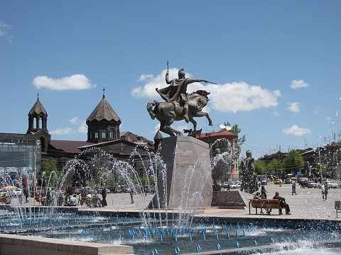 Фонтан перед памятником Вардану Мамикояну