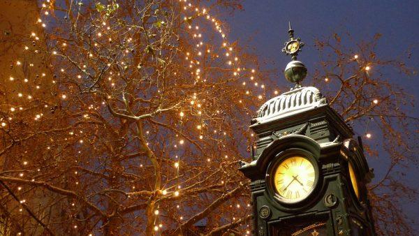 Часы на площади Крёпке в Ганновере зимой