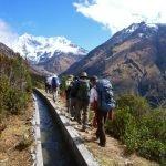 Группа туристов на Тропе инков на фоне гор