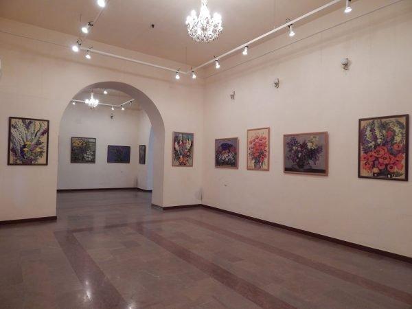 Интерьер картинной галереи сестёр Асламазян