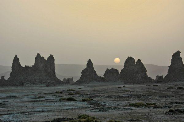 Известняковые колонны озера Аббе в Эфиопии