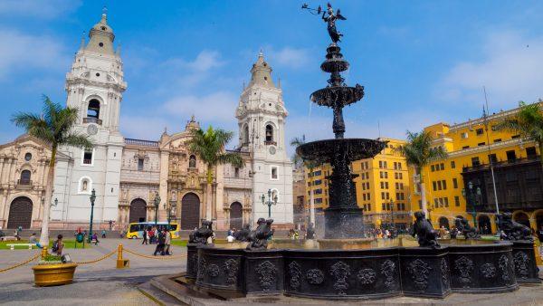 Кафедральный собор и фонтан на Оружейной площади в Лиме
