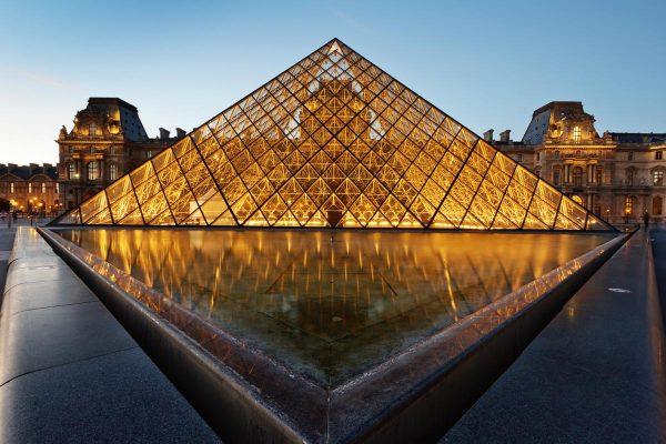 Крыша музея Лувр в ночном освещении