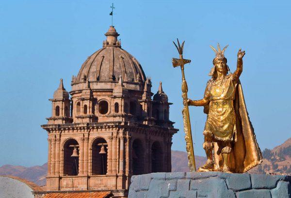 Купол Кафедрального собора в Куско и скульптура правителя инков