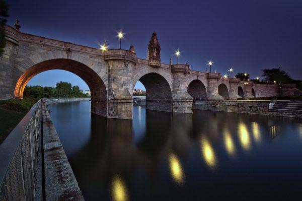 Мост Толедо ночью в Мадриде