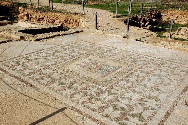 Мозаичный пол среди руин Пафоса