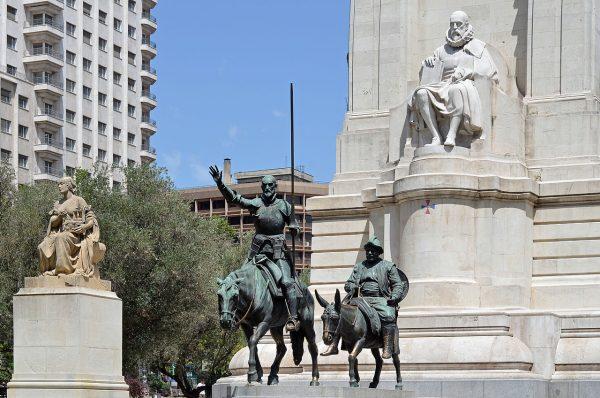 Памятник Мигелю де Сервантесу в Мадриде
