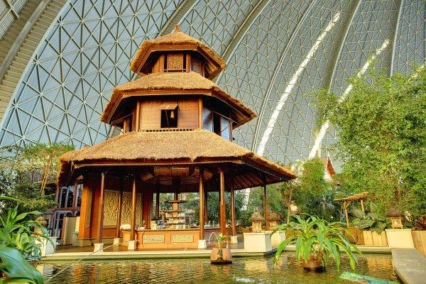Один из павильонов аквапарка Tropical Island недалеко от Берлина