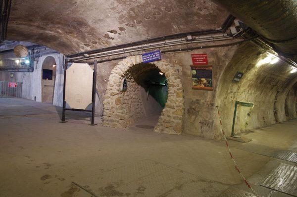 Один из тоннелей музея канализации в Париже