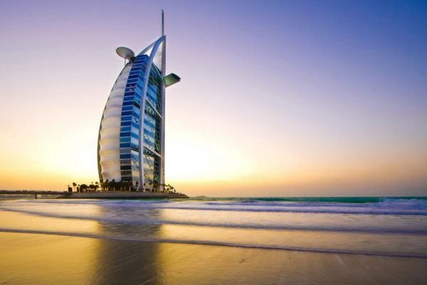 Отель Бурдж-эль-Араб на искусственном острове в Дубае