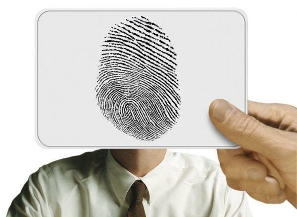 Отпечаток пальца в руке на фоне человека