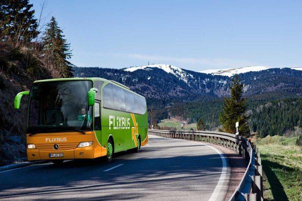 Автобус на фоне лесов и гор
