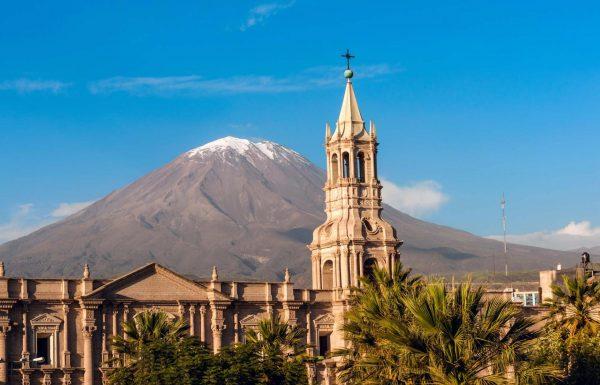 Башня Кафедрального собора в Арекипе на фоне вулкана Мисти