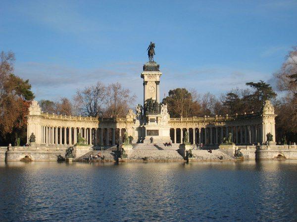 Памятник Альфонсо XII в парке Буэн-Ретиро в Мадриде